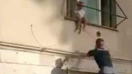 Roma, paura a Primavalle: bambina di due anni rischia di cadere dalla finestra