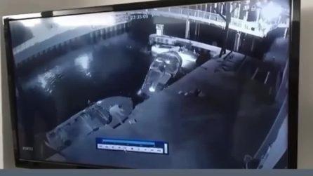 Lago di Garda, il video dopo l'incidente: turista tedesco non si regge in piedi e cade in acqua
