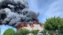 Incendio in una ferramenta a Fagagna, alta colonna di fumo denso nero