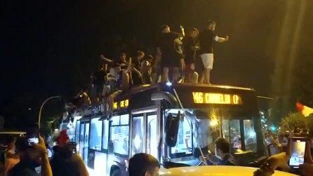 I festeggiamenti dopo la vittoria dell'Italia su Ponte Milvio: i tifosi salgono sull'autobus