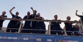 Nazionale sul bus tra i tifosi, canta l'inno Fratelli d'Italia