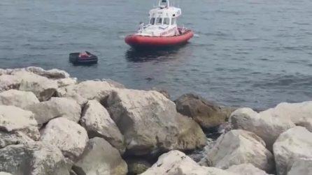 Napoli, sviene sul materassino a mare in via Caracciolo: salvato dalla Guardia Costiera