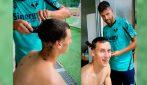 Veloso versione parrucchiere: taglia i capelli a Terracciano
