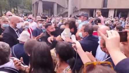 Emmanuel Macron contestato durante la visita a Lourdes