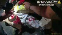 New York, una busta di patatine sulla ferita: così l'agente salva la vita dell'uomo accoltellato