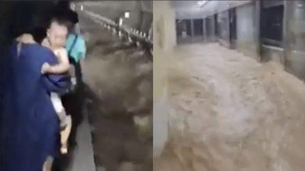 Alluvioni in Cina: passeggeri intrappolati nella metropolitana