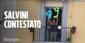 """Salvini contestato a Napoli con un '49' dal balcone: """"Vergogna, dove sono i nostri soldi?"""""""
