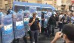 G20 Napoli, gavettoni contro la polizia in piazza Borsa
