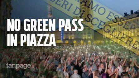 """Green Pass, in migliaia protestano in piazza a Torino: """"Discriminatorio contro i non vaccinati"""""""