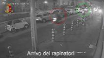Rapina a Napoli, grave vittima 64enne. Il raid ripreso dalle telecamere