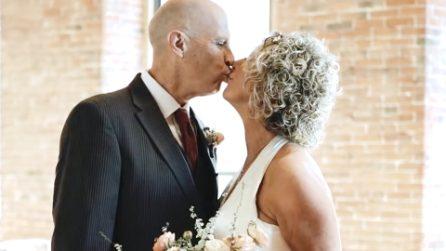 Affetto da Alzheimer, dimentica di essere sposato: dopo 20 anni chiede di nuovo la mano a sua moglie