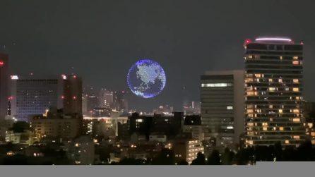 La Terra fluttua nel cielo di Tokyo: 1800 droni formano il globo
