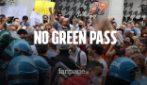 Milano, manifestazione no Green pass non autorizzata: in migliaia in strada bloccano il traffico