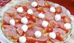 Pizza di pane raffermo: la ricetta semplice e gustosa per utilizzarlo