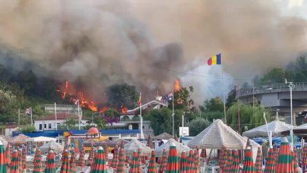 Incendio in Abruzzo, bagnanti in fuga dalle spiagge