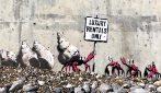 """Come lavora un artista """"segreto"""": Banksy rivela i suoi nuovi capolavori"""