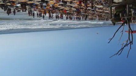 Tragedia in spiaggia, un uomo muore annegato: disperso in mare il nipote