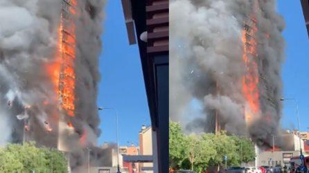 Milano, enorme incendio nel grattacielo di Via Antonini