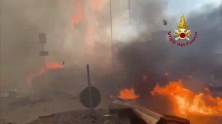 Incendio grattacielo Milano, il fuoco avvolge l'edificio: Vigili del Fuoco sul posto