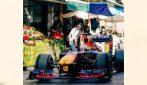 La Red Bull di Verstappen sfreccia nel mercato di Ballarò a Palermo
