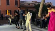 Virginia Raggi balla con Samuel Peron e la ministra Dadone