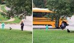 Il gattino si prende cura della bambina accompagnandola e aspettando prenda il bus per andare a scuola