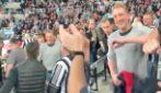Ovazione e standing ovation allo stadio per il medico che ha salvato la vita a un tifoso