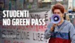 """Studenti contro il green pass: """"Non parliamo coi giornalisti"""" e al corteo spuntano i No Vax"""