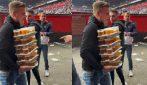Il tifoso che trasporta 40 birre da solo per portarle agli amici in tribuna