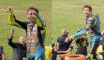 L'emozionante tributo di Misano a Valentino Rossi: il Dottore lancia il suo casco