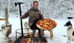 In un villaggio in Azerbaigian una donna ha preparato una pizza a modo suo